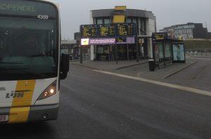Bus bergerak meninggalkan halte. [Sumber: dokumentasi penulis]