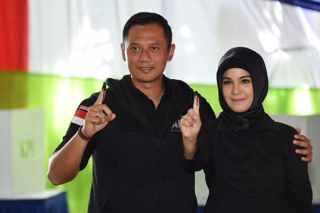 Calon Gubernur DKI Jakarta Agus Harimurti Yudhoyono (kiri) bersama istri, Annisa Pohan (kanan) menunjukkan jari yang telah dicelup tinta usai mengikuti proses pencoblosan Pilkada DKI Jakarta di TPS 6, Rawa Barat, Jakarta, Rabu (15/2). ANTARA FOTO/Akbar Nugroho Gumay/ama/17
