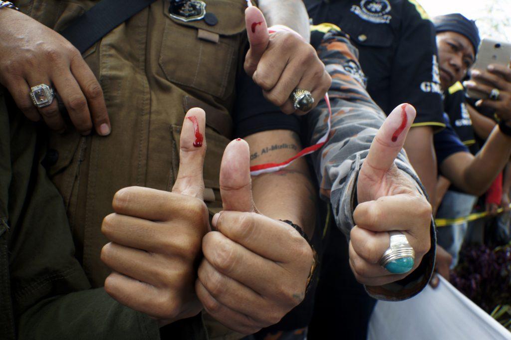 Pengunjukrasa dari sejumlah anggota Ormas, LSM dan Komunitas Kesundaan menempelkan jempol pada saat runjukrasa di depan di depan Kantor Dprd Prop Jabar, Bandung, Jawa Barat, Selasa (17/1). Dalam aksinya mereka mengeluarkan petisi yang menuntut pembubaran FPI dan mengajak seluruh elemen bangsa untuk mengedepankan kebinekaan dan menjaga keutuhan NKRI. ANTARA FOTO/Agus Bebeng/foc/17.