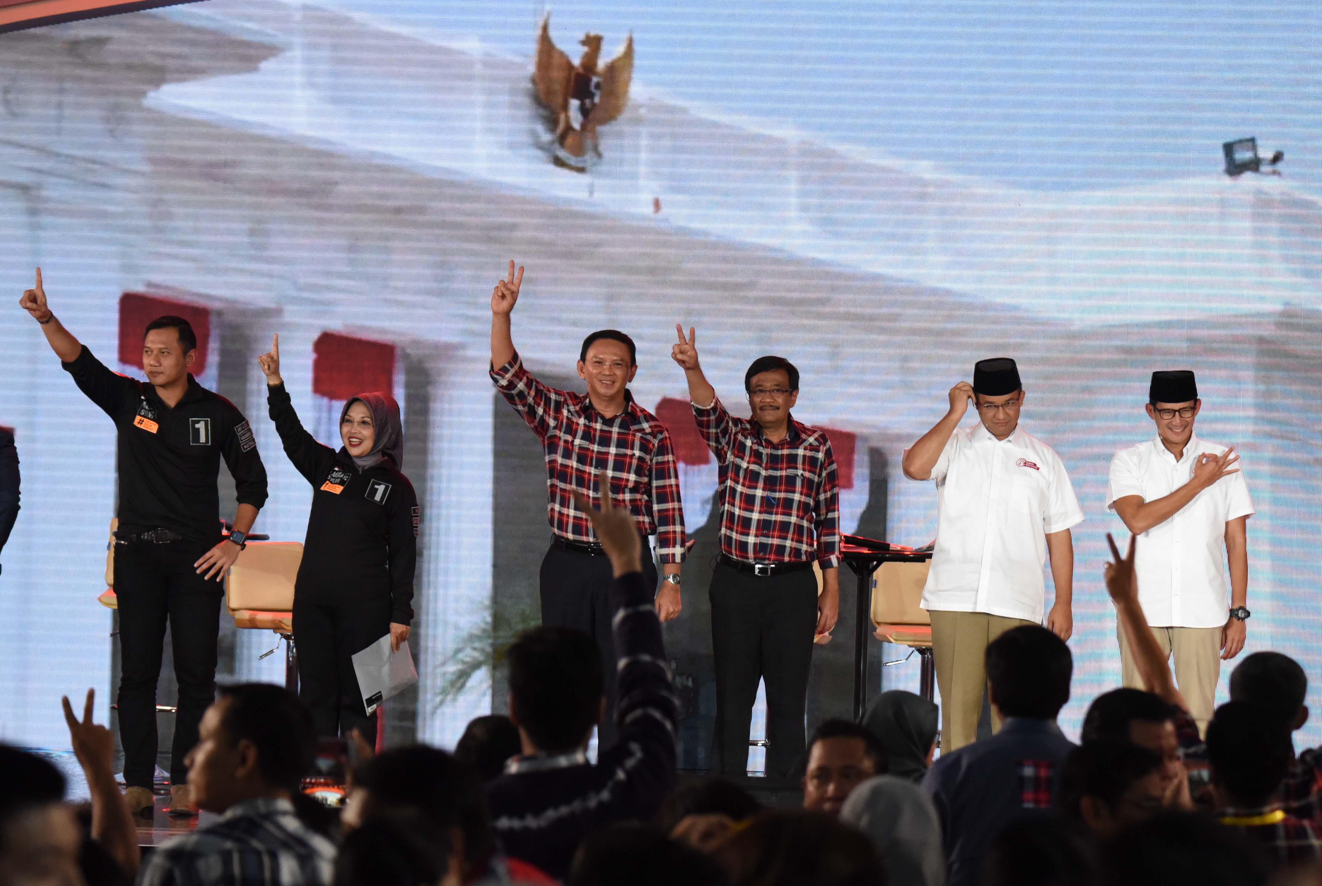 Pasangan Calon Gubernur dan Wakil Gubernur DKI Jakarta Agus Harimurti Yudhoyono (kiri)-Sylviana Murni (kedua kiri), Basuki Tjahaja Purnama (ketiga kiri)-Djarot Saiful Hidayat (ketiga kanan) dan Anies Baswedan (kedua kanan)-Sandiaga Uno (kanan) memberikan salam usai debat ketiga Pilkada DKI Jakarta di Jakarta, Jumat (10/2). Debat ketiga itu mengangkat tema Kependudukan dan Peningkatan Kualitas Hidup Masyarakat Jakarta. ANTARA FOTO/Akbar Nugroho Gumay/foc/17.