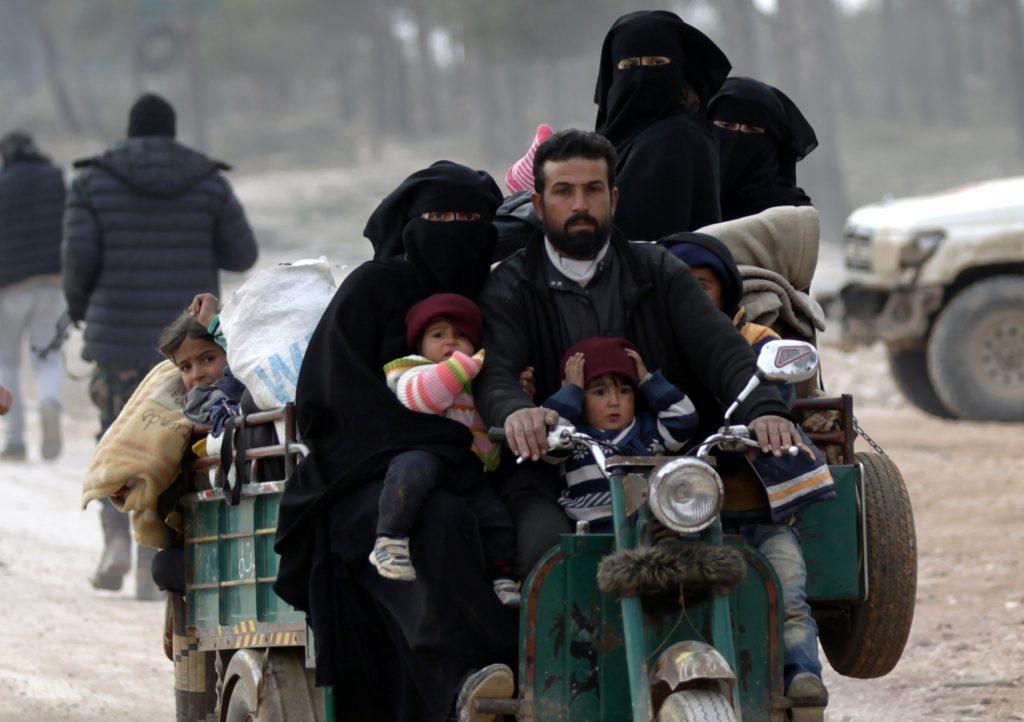 Warga yang menyelamatkan diri dari kekerasan di wilayah yang dikuasai Negara Islam, al-Bab, utara Suriah, tiba di pinggiran desa Baza yang dikuasai Tentara Pembebasan Suriah dan pasukan Turki, Sabtu (4/2). ANTARA FOTO/REUTERS/Khalil Ashawi/djo/17