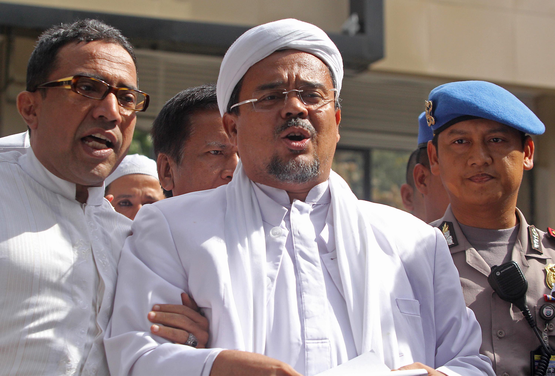 Imam Besar Front Pembela Islam (FPI), Habib Rizieq Shihab memberikan keterangan kepada wartawan usai menjalani pemeriksaan di Polda Metro Jaya, Jakarta, Senin (23/1). Habib Rizieq menjalani pemeriksaan selama empat jam sebagai saksi terkait dugaan kasus penghinaan rectoverso di lembaran uang baru dari Bank Indonesia, yang disebutnya mirip logo palu arit. ANTARA FOTO/Reno Esnir/foc/17.
