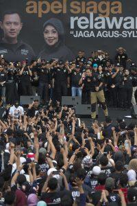 Calon Gubernur nomor urut 1 Agus Yudhoyono memberi arahan dalam acara Apel Siaga Relawan Jaga Agus-Sylvi di lapangan eks Golf Driving Range Senayan, Kompleks GBK, Jakarta, Sabtu (21/1). Agus meminta kepada relawannya untuk mengawal jalannya Pilkada DKI sampai pemungutan suara pada 15 Februari 2017. ANTARA FOTO/Rosa Panggabean/foc/17.