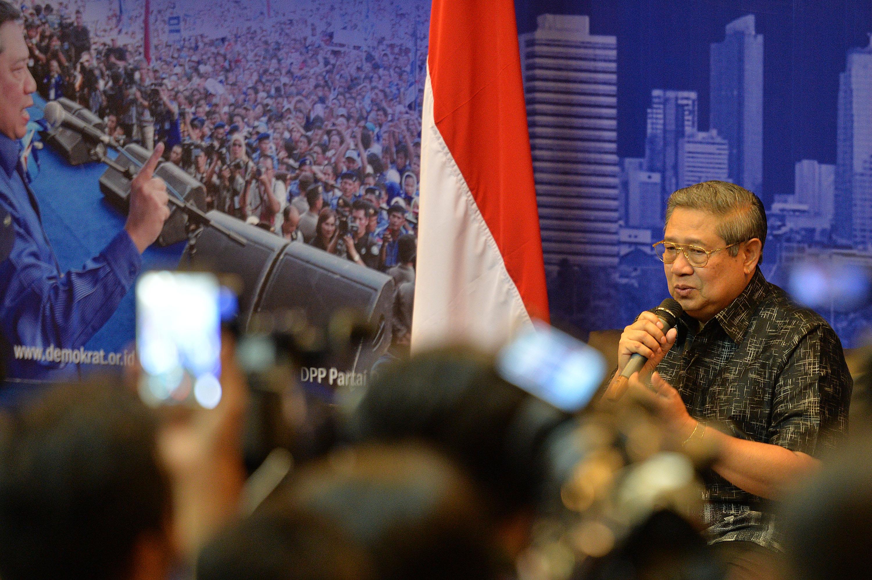 Ketua Umum Partai Demokrat Susilo Bambang Yudhoyono memberikan pernyataan pers soal dugaan penyadapan percakapan telepon dirinya dengan Ketum MUI KH Ma'ruf Amin di Wisma Proklamasi, Jakarta, Rabu (1/2). Presiden ke-6 RI tersebut menyatakan penyadapan tanpa perintah pengadilan merupakan sebuah kejahatan sehingga ia meminta kepada aparat penegak hukum untuk mengusut. ANTARA FOTO/Widodo S. Jusuf/kye/17.