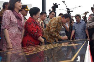 Gubernur DKI Jakarta Basuki Tjahaja Purnama atau Ahok (kedua kanan) disaksikan Presiden ke-5 RI Megawati Soekarnoputri (kedua kiri) dan Istri Ahok, Veronica Tan (kiri) menandatangani prasasti ketika meresmikan Ruang Terbuka Hijau (RTH) dan Ruang Publik Terpadu Ramah Anak (RPTRA) Kalijodo, Jakarta Rabu (22/2). RTH dan RPTRA Kalijodo selesai dibangun pada Desember 2016 serta memiliki luas 1,4 hektare dengan dilengkapi beragam fasilitas antara lain taman, lintasan lari, lintasan sepeda, skate park, amphitheater dan fasilitas publik lainnya. ANTARA FOTO/Atika Fauziyyah/wsj/ama/17.