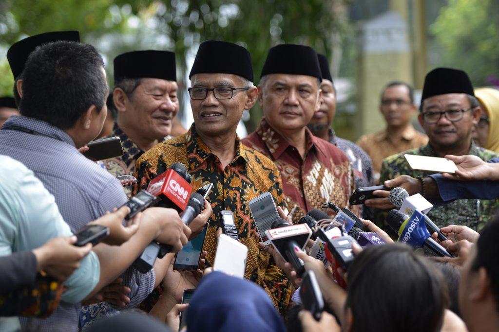 Ketua Umum PP Muhammadiyah Haedar Nashir memberi keterangan pers usai bertemu Presiden Joko Widodo di di Istana Merdeka, Jakarta, Senin (13/2). Pertemuan antara lain membahas undangan kepada Presiden Joko Widodo untuk menghadiri Tanwir PP Muhammadiyah di Ambon pada 24-26 Februari hingga Pilkada Serentak 2017 yang digelar pada 15 Februari mendatang. ANTARA FOTO/Rosa Panggabean/pd/17.
