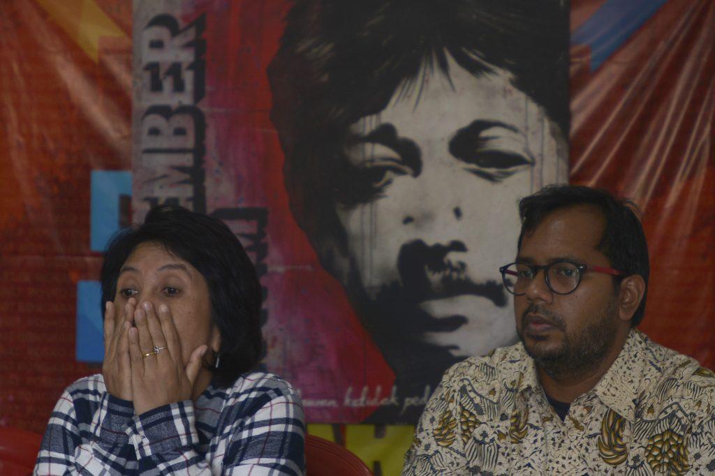 Istri dari Almarhum Munir, Suciwati (kiri) bersama Koordinator KontraS Haris Azhar (kanan) memberi pernyataan sikap terkait putusan Pengadilan Tata Usaha Negara (PTUN) yang membatalkan putusan Komisi Informasi Pusat (KIP) bahwa dokumen Hasil Penyelidikan TPF Munir merupakan informasi publik dan pemerintah wajib mengumumkan dokumen tersebut kepada masyarakat di kantor KontraS, Jakarta, Sabtu (18/2). KontraS menyatakan keberatan dengan putusan PTUN tersebut karena dianggap melegalkan tindak kriminal negara yang telah dengan sengaja menghilangkan atau menyembunyikan keberadaan dokumen TPF Munir. ANTARA FOTO/Rosa Panggabean/pd/17.