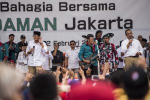 Calon Gubernur DKI Jakarta Anies Baswedan (kanan) dan calon Wakil Gubernur DKI Jakarta Sandiaga Uno (kedua kiri) bernyanyi bersama Ketua Umum Partai Idaman (Islam Damai Aman) Rhoma Irama (ketiga kanan) saat kampanye terbatas di Cibubur, Jakarta, Kamis (2/2). Dalam kampanye tersebut Rhoma Irama memberikan dukungan untuk pasangan Cagub dan Cawagub DKI Jakarta nomor urut tiga, Anies Baswedan dan Sandiaga Uno. ANTARA FOTO/M Agung Rajasa/ama/17