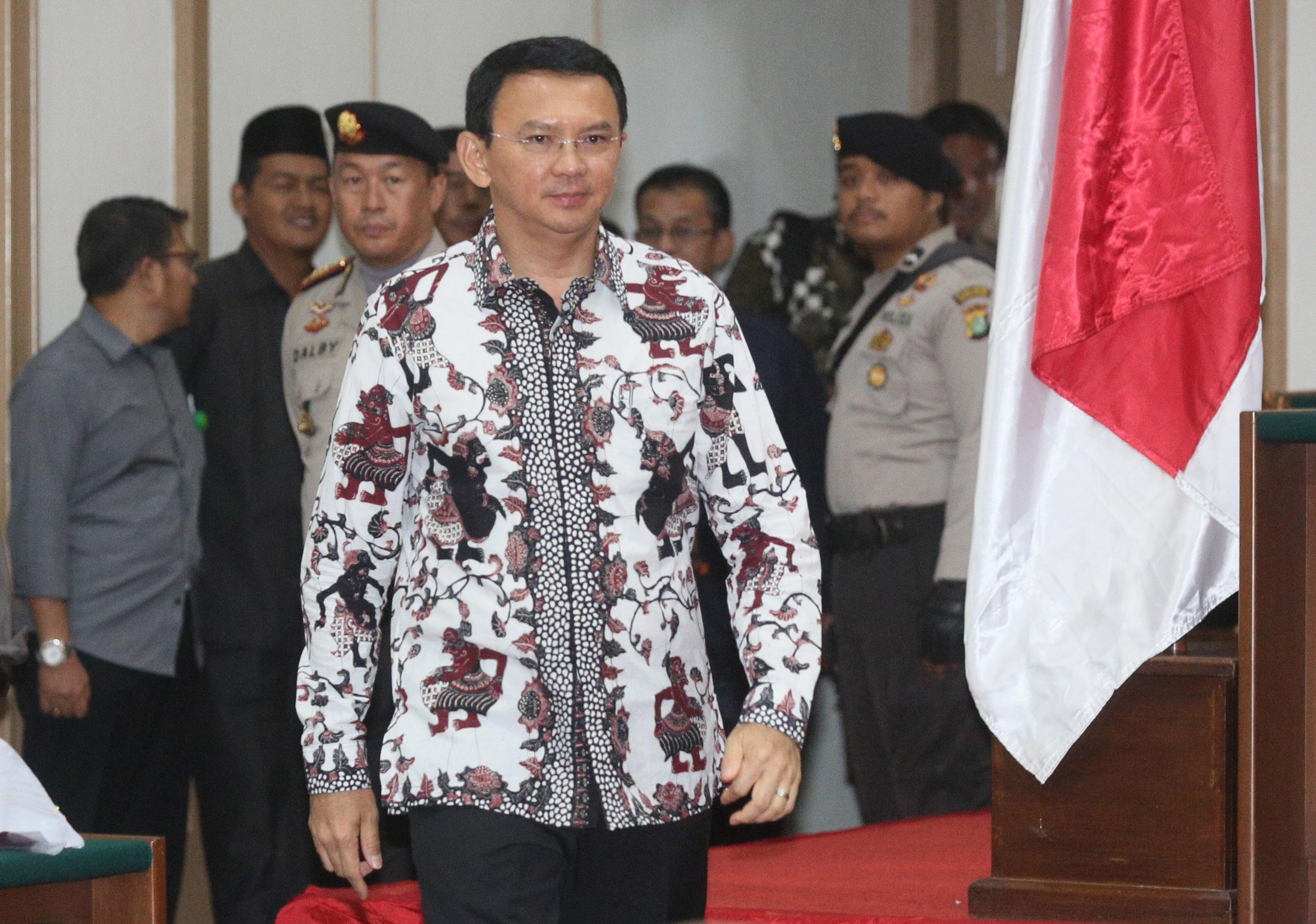 Terdakwa kasus dugaan penistaan agama Basuki Tjahaja Purnama atau Ahok memasuki ruang sidang di Auditorium Kementerian Pertanian, Jakarta, Senin (13/2). Persidangan kesepuluh tersebut Jaksa Penuntut Umum (JPU) mengagendakan menghadirkan empat saksi ahli. ANTARA FOTO/Pool/Ramdani/kye/17.