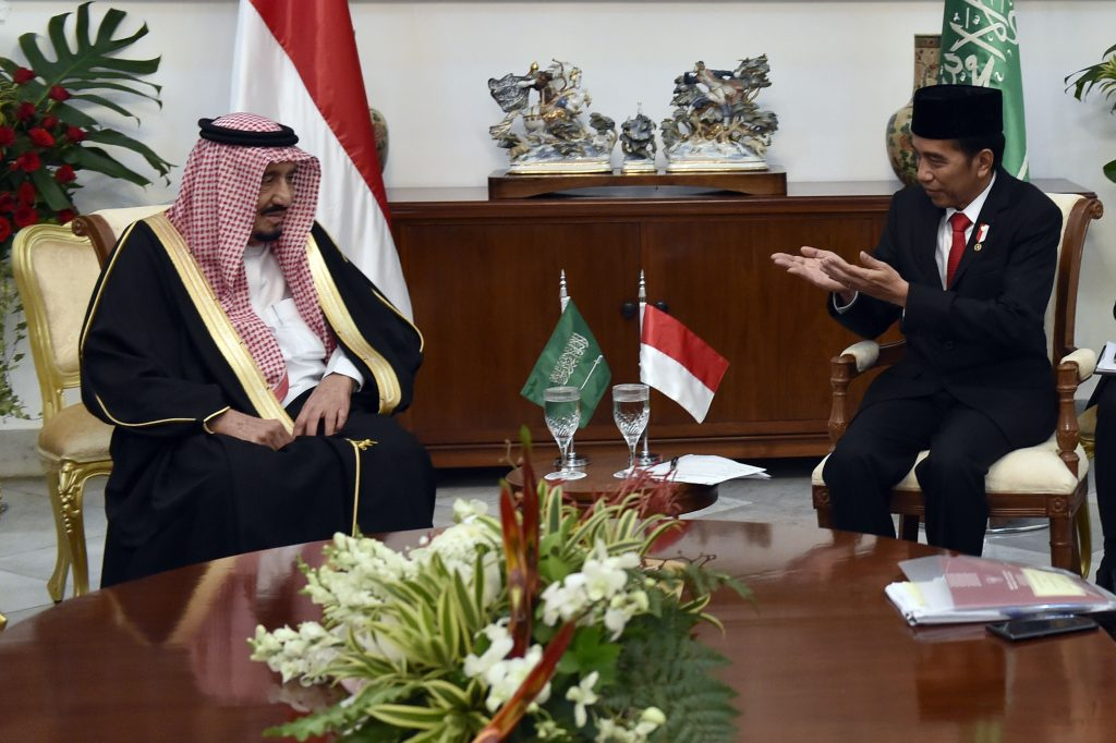 Presiden Joko Widodo (kanan) berbincang dengan Raja Salman bin Abdulaziz Al-Saud dari Arab Saudi dalam pertemuan empat mata di Istana Bogor, Jawa Barat, Rabu (1/3). Presiden mengatakan bahwa kunjungan tersebut menjadi titik tolak bagi peningkatan hubungan kerja sama Indonesia dan Arab Saudi. ANTARA FOTO/Puspa Perwitasari/pd/17
