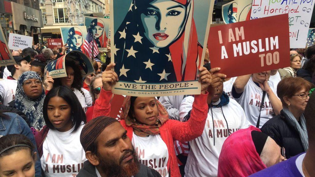 """Masyarakat New York dari berbagai latar belakang berunjuk rasa menolak kebijakan diskriminatif Trump dengan jargon, """"I am a Muslim too!"""" (19/02). [www.amny.com]"""