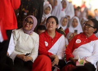 Ibu Wakil Presiden Mufidah Jusuf Kalla (Kiri), Menko Pembangunan Manusia dan Kebudayaan Puan Maharani (tengah) serta Menteri Pemberdayaan Perempuan dan Perlindungan Anak Yohana Susana Yembise (kanan) mengikuti rangkaian acara puncak perayaan Hari Anak Nasional 2017 di Pekanbaru, Riau, Minggu (22/7). ANTARA FOTO/Rony Muharrman/17