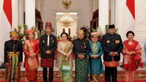 Perayaan HUT RI ke-72 di istana. Para tamu undangan, termasuk Presiden dan mantan presiden mengenakan pakaian adat sebagai wujud penghargaan terhadap kebhinnekaan. (credit photo: tribunnews.com)