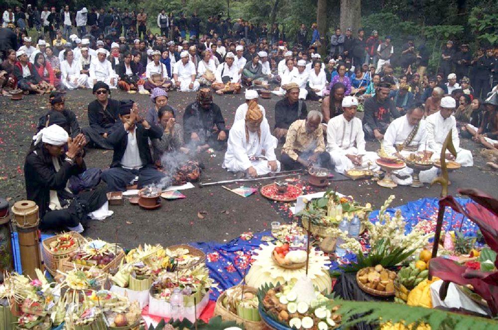 "Ritual Adat Tahunan ""Ngertakeun Bumi Lamba"" di Gunung Tangkuban Perahu, Bandung"
