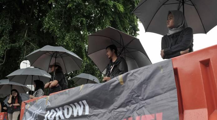 Para aktivis menggelar aksi Kamisan ke-519 di depan Istana Merdeka, Jakarta, Kamis (21/12).