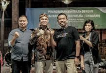Kepala Biro Komunikasi Publik Kemenpar RI, Guntur Sakti (kanan) bersama Kadispora Kabupaten Magelang, Jawa Tengah, Iwan Sutiarso, Laila Purnamasari, Sales Manager MesaStila Resort & Spa.